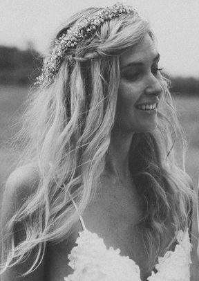 Coiffure tresse + couronne de fleurs. Coiffure Romantique