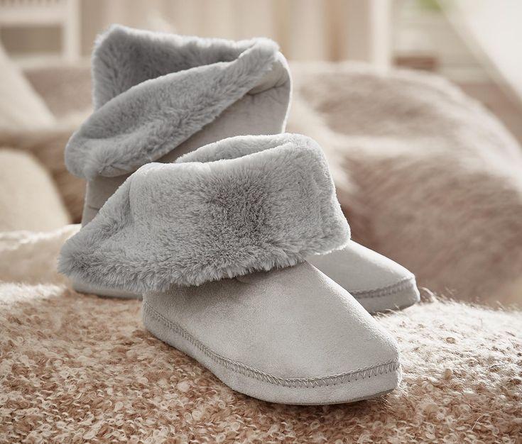 399 Kč Tyto papuče vypadají téměř jako kozačky na doma: Vysokou holení část lze nosit ohrnutou či nikoliv, uvnitř jsou vybavené měkkou, hebkou a hřejivou podšívkou z plyše a svrchní materiál je vyrobený z měkkého materiálu single jersey.