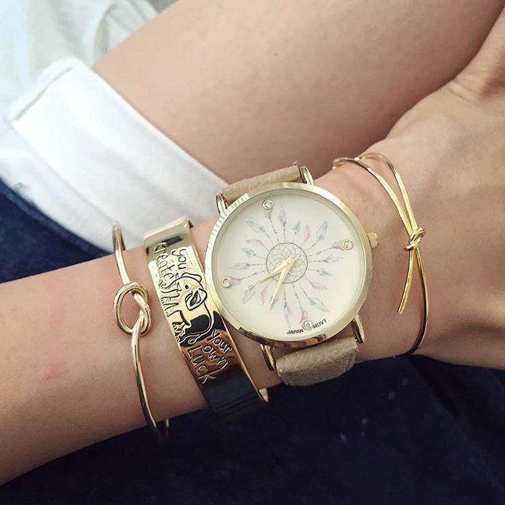 La montre attrape rêve, la tendance 2017. Superbe montre, unique en son genre. Mouvement à trois aiguilles.  Un jolie montre qui sublimera vos poignets en un clin d'oeil!!!  La montre parfaite pour cette saison!  Emballage cadeau offert!