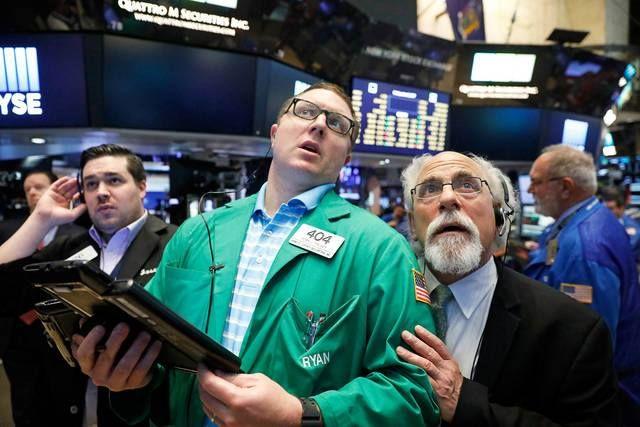 الأسهم الأمريكية تتراجع عقب قرار الاحتياطي الفيدرالي                مباشر: هبطت مؤشرات الأسهم الأمريكية خلال تداولات اليوم الأربعاء بفعل قرار الاحتياطي الفيدرالي بتثبيت معدل الفائدة الأساسي دون تغيير وبدء عملية خفض ميزانته البالغة 4.5 تريليون دولار. وفي تمام الساعة 7:31 مساء بتوقيت جرينتش تراجع مؤشر داو جونز بنسبة 0.1% عند مستوى 22334.1 نقطة وانخفض أيضا مؤشر ستاندرد آند بورز بنسبة 0.3% عند 2498.5 نقطة. كما تراجع مؤشر ناسداك بنحو 0.7% إلى 6417.9 نقطة. وأعلن مجلس الاحتياطي الفيدرالي خلال بيان…
