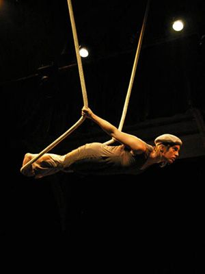 is a short form for two acrobats on two ropes dedicated to the poetry of the lifting movement on static rope and cloud swing.