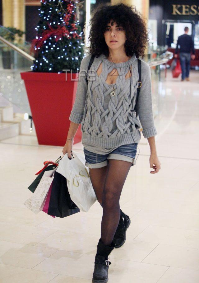 Μαρία Σολωμού: Χριστουγεννιάτικες αγορές με καυτό σορτσάκι! - Tlife.gr