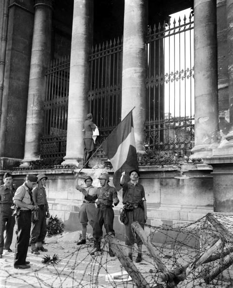 World War II, 28th August 1944, Battle for the Chamber of Deputies, A German officer who came out with a white flag to discuss the surrender, climbs up the parapet of the main entrance to the Chamber and shouts the terms to the garrison still inside (Photo by Popperfoto/Getty Images)