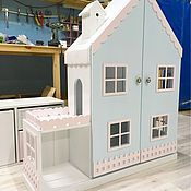 Купить или заказать Кукольный домик-стеллаж апартаменты на 6 комнат( с дверками и комодом) в интернет-магазине на Ярмарке Мастеров. Особенность модели: дополнительные дверки на фасаде с декором. Самый большой домик в своей коллекции на сегодняшний момент!Очаровательный кукольный домик-стеллаж на 6 комнат с красивой просторной террасой подойдет как для игр с куколками, так и для хранения игрушек, ведь в этой модели продумано все для того, чтобы игры с доставляли только радость: красивый…