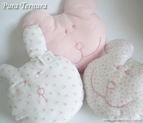 Almohaditas en forma caritas de oso y conejo para bebes finamente bordadas rosa y celeste