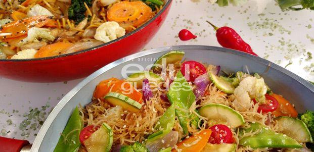 Yakissoba Vegetariano e Yakissoba de Frango - Yakisoba vegetariano: em uma panela com água e sal, cozinhe o macarrão e reserve. Em uma frigideira, coloque o óleo e o óleo de gergelim, acrescente a ervilha torta, depois coloque a couve flor, a acelga, o brócolis, o tomate cereja, a abobrinha italiana e a cenoura. Misture o molho de soja com a água …