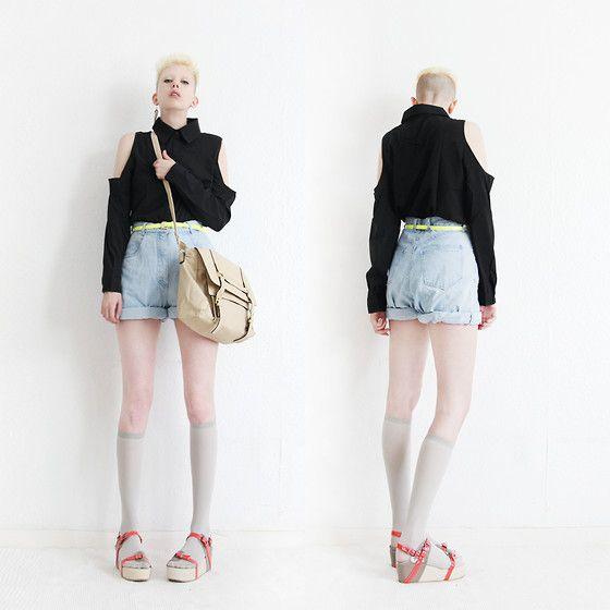 Shirt, Calções de ganga, Brevemente Amarelo Neon Cinto, elevações do joelho cinza, Sandals, Brevemente Bag