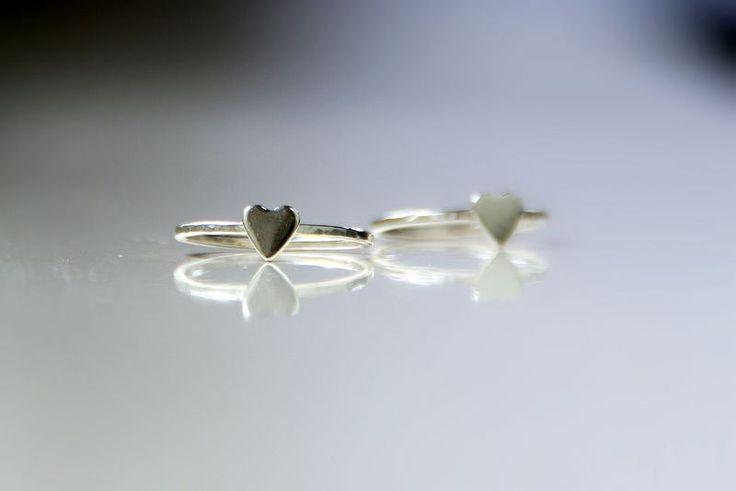 Hartjes #ring sterling zilver - ring met hart. Liefdevol hart ringetje #handgemaakt van eerste gehalte zilver (925)  Afmetingen van het hartje: 4mm x 3mm. De ring  heeft een licht gehamerde band en een glanzend afwerking. Ook te gebruiken als #stapelring. NADINES.NL #sieraden