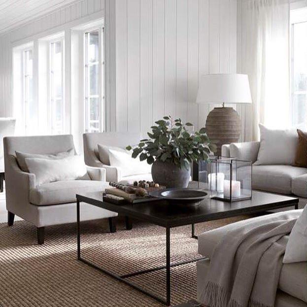 Hvitt og natur. Tidløse favoritter. Dette sommerhuset er innredet med Flavia stol, Reflection bord og teppe i grov sisal fra Slettvoll. #slettvoll