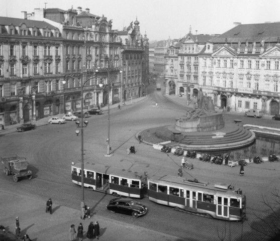Staroměstské náměstí (186) • Praha, 1959 • | černobílá fotografie, pohled ze Staroměstské věže k ústí Dlouhé ulice|•|black and white photograph, Prague|