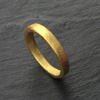 Alliance martelé en or pour les hommes par Esther Assouline exclusivement chez l'Atelier des Bijoux Créateurs.