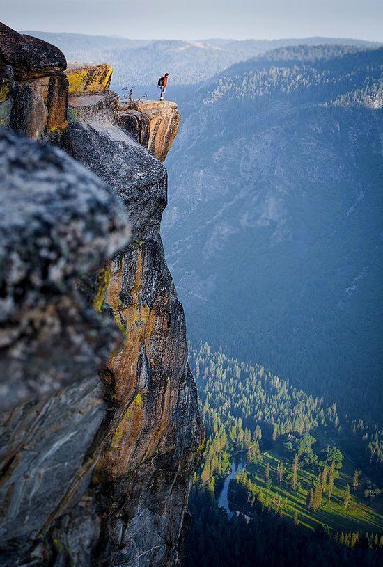 Yosemite looking over the edge / via best travel photos