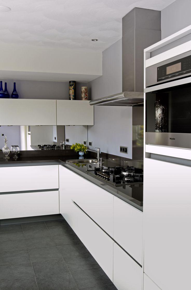 Greeploos keuken wit, grijze greeplijst op maat gemaakt.