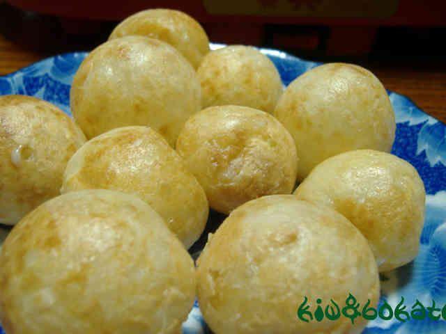 タイのおやつ☆カノム・クロック♪  タイの屋台でよく売られている一見たこ焼きのようなスイーツです。食べたら甘いんですよ~^^v 本場タイでは中の具は、コーンやタロイモ、青ねぎを使います。  みんなでわいわい作るのもいいかも☆ himadek    材料 (56個分) ココナッツクリーム(ココナッツミルク) 200g 上新粉 150g 薄力粉 50g 水 750㏄ 砂糖 100g 塩 大さじ 1/2 里芋orコーンor青ねぎ(刻んだもの) お好みで プレミアムサービス カロリー・塩分を計算 作り方 1  大きめのボウルに上新粉、薄力粉、ココナッツクリーム(ココナッツミルク)100gを入れ、水を少しずつ加えながら練り合わせる。 2 まんべんなく練れたら、残りの水をすべていれ混ぜる。 生地がゆるくなるようなら塩(分量外)を少し入れる。 3  鍋に残りのココナッツクリーム(ココナッツミルク)をいれ強火にかける。沸騰したら砂糖と塩を入れ、混ぜる。砂糖を塩が溶けたら火を止め、2のボウルに加える。 4  たこ焼きの焼き型に生地を流しいれ、お好みの具(里芋、コーンなど)を入れる。…