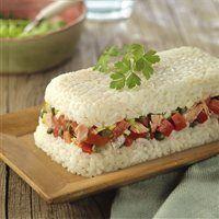 Pastel frío de arroz con atún y tomate