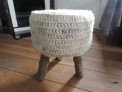 Krukje met houten pootjes en de zitting van wol. Te bestellen bij #leeuw-design.nl