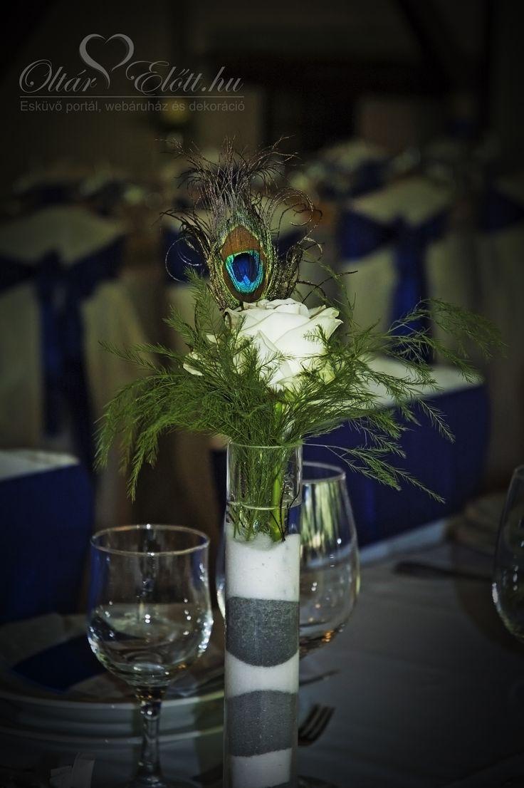 vendégasztal dekoráció esküvőre, szálas váza pávatollal