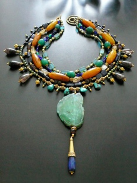 In questi tempi di perline e oggetti craft, i bijoux di Rox Minneapolis. Realizzati da Robyne Robinson, sono un mix di materiali semi-preziosi e semplici, con uno stile esotico tribale.E non solo per donne, bracciali e collane colorate anche per uomini. Scoperta dal CEO di Ralph Lauren, la Robinson è …