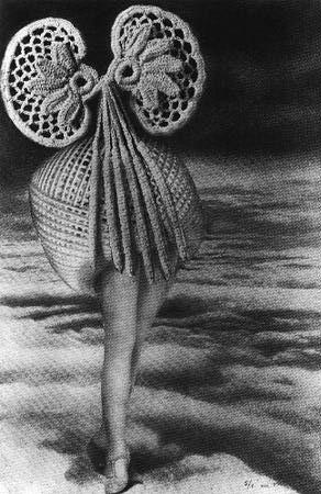 Max ERNST, Au-dessus des nuages, marche la Minuit. Au-dessus de la Minuit, plane l'oiseau invisible du jour. Un peu plus haut que l'oiseau, l'éther pousse et les toîts flottent. Collage, 1920, 18,4 x 13, collection particulière