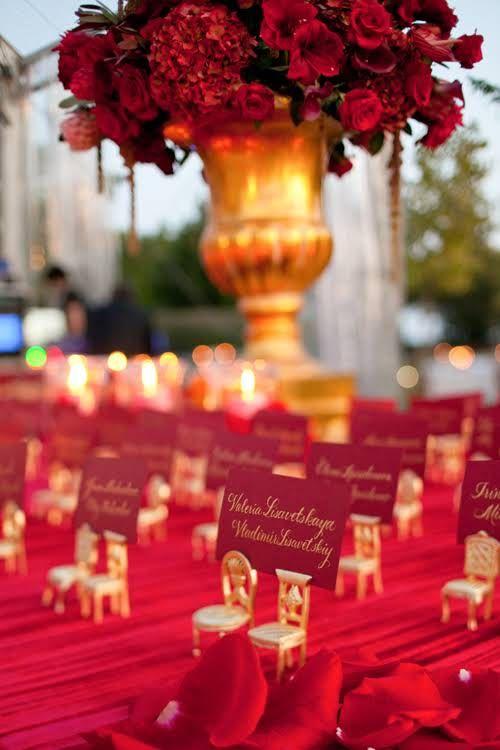 真っ赤なカードを2客の椅子が支えてる☆ 個性的な赤いエスコートカードまとめ。結婚式で使うエスコートカード・席札一覧。
