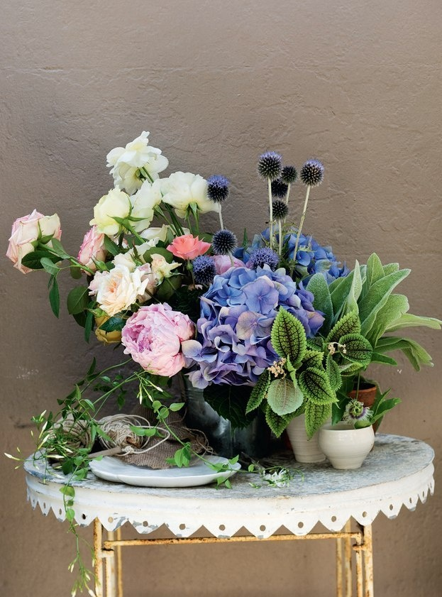 .God Creations, Spring Flower, Pots Flower, Country Style, Colors Mixed, Prada Handbags, Style Australia, Floral Arrangements, Flower Arrangements Spring
