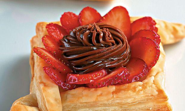Tortinha de massa folhada com chocolate e morango