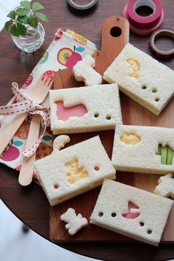 ひと手間かけて、サンドイッチ用のパンをクッキー型で型抜きするのも楽しいですね。中身のタマゴやハムで色を塗るように、お絵描き感覚で楽しく作れます♪