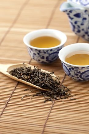 Té Oolong También conocido como té azul, está a medio camino entre el té verde y el negro en lo que a oxidación se refiere. Sus propiedades dependen del nivel de oxidación al que se haya sometido. Aunque el nivel de catequinas del té azul es menor que el del verde, tiene presentes en mayor cantidad otro tipo de polifenoles como teaflavinas o tearubiginas, sustancias vinculadas al buen funcionamiento cardiovascular. El té Oolong contribuye a una buena digestión.