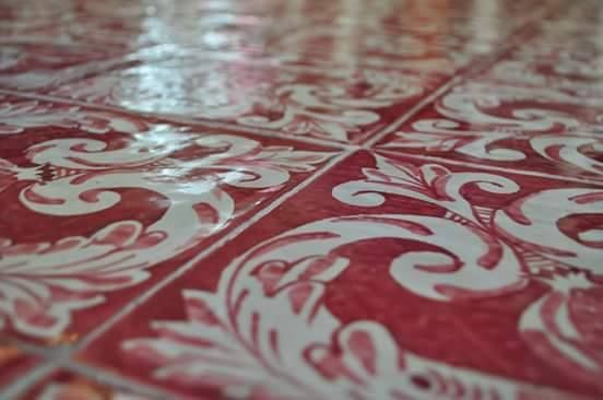 Maiolica Dipinta a Mano, Decoro Barocco fondo Amaranto  #maiolica #majolica #tiles #ceramics