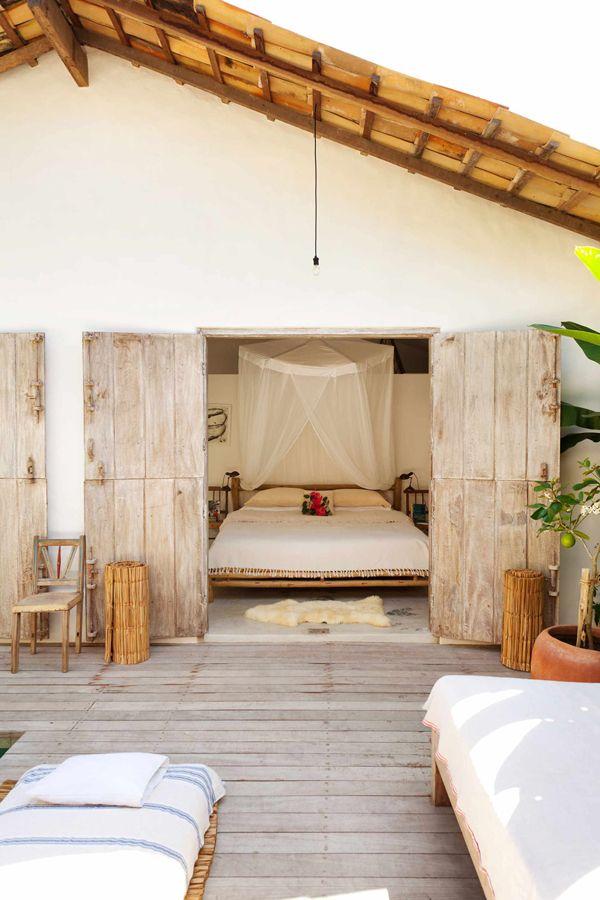 Casa de praia rústica em Trancoso vira retiro de férias de família estrangeira