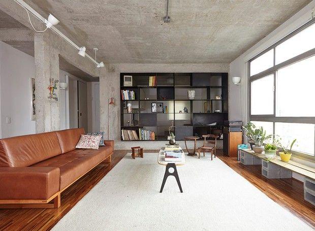 Reforma de apartamento deixa espaços funcionais e modernos  A iluminação, feita em trilhos pela Reka, reforça o clima industrial dos ambientes