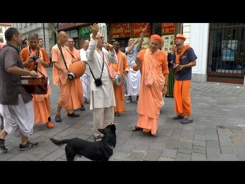 HH Kadamba Kanana Swami dancing on harinam and blessing a dog :) - YouTube