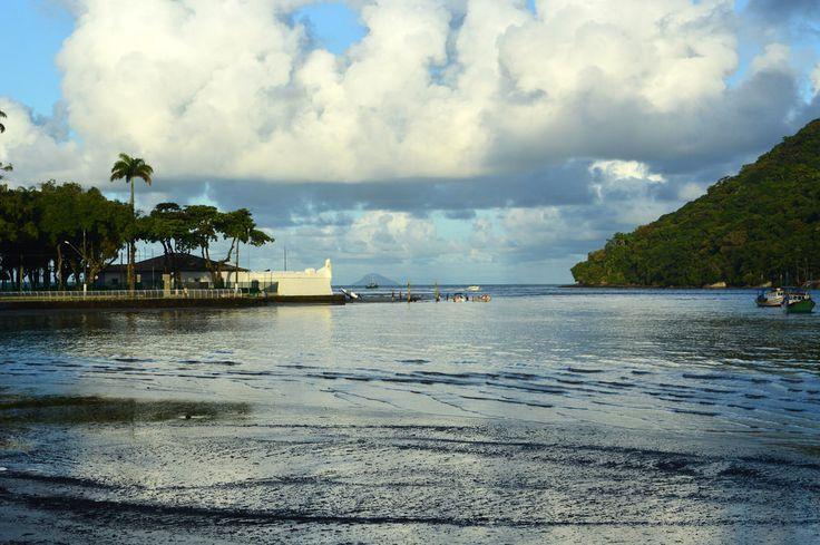 Está localizado no Canal de Bertioga, no continente, nas proximidades da Bacia de Santos, em frente à Ilha de Santo Amaro, na atual região sudeste,no Estado de São Paulo.  A sua primeira instalação era uma paliçada e foi construída por Martim Afonso de Souza, em 1532, que partira de Portugal, por ordem do Rei D. João III, comandando a primeira expedição  colonizadora ao território brasileiro, e recebeu o nome de São Tiago de Bertioga.  O seu objetivo era protegê-los contra os índios,os quais…