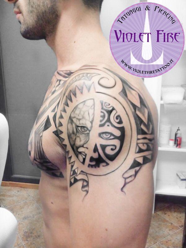 tatuaggio grande, tatuaggio Maori Sole e faccia su spalla e petto - Violet Fire Tattoo - tatuaggi maranello, tatuaggi modena, tatuaggi sassuolo, tatuaggi fiorano - Adam Raia