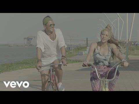 Lleva, llévame en tu bicicleta Óyeme, Carlos, llévame en tu bicicleta Quiero que recorramos juntos esa zona Desde Santa Marta hasta La Arenosa Lleva, llévame en tu bicicleta Pa' que juguemos bola 'e trapo allá en Chancleta Que si a Piqué algún día le muestras el Tayrona Después no querrá irse pa' Barcelona