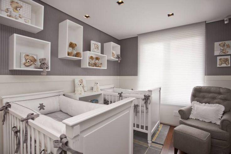 Os pais queriam um quarto moderno com cores neutras que comportasse os dois berços com conforto