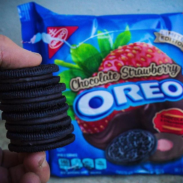 Chocolate Strawberry Oreos!  ➡️'New' Oreo flavour - Iquitos enjoyed these! Nothing crazy special, just the classic combo of chocolate and strawberry. But the OG takes the cake in this battle.  Cals - 280 #louiseats #oreo #oreos - TFS™Squad call-out - myself, @patricia_iifym @w_kemp @kingschratz @jeronimo_iifym and @good_food_is_life  ---------- #forkyeah #foodporn #yum #instafood #foodgasm #yummy #buzzfeast #eattherainbow #iifym #foodbeast #dailyfoodfeed #TFSarmy #gym #lickyourdes...