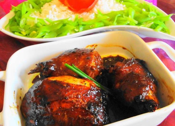 Alesie Bonki Losie Foroe (rijst met speciaal geroosterde kip en boontjes)