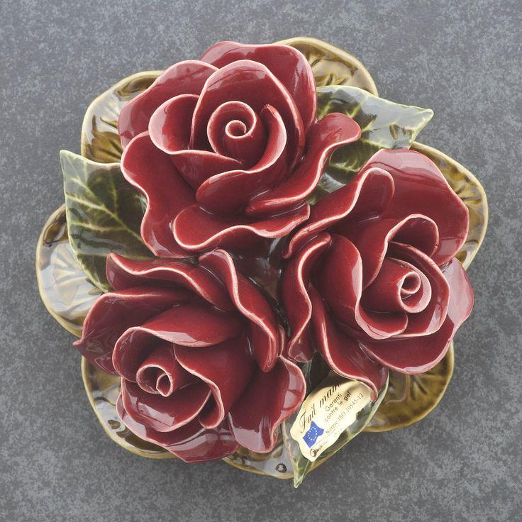 Ceramic red roses (16cm). High quality and resistant to frost. Handmade in France. Boeketje van 3 rode rozen van keramiek (16cm). Hoge kwaliteit en bestand tegen vorst. Handgemaakt in Frankrijk. #keramiekvoorbuiten