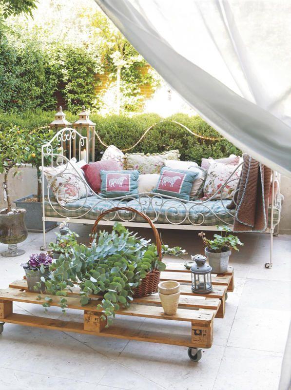 Rincones con encanto en el #jardín: cama antigua de #forja