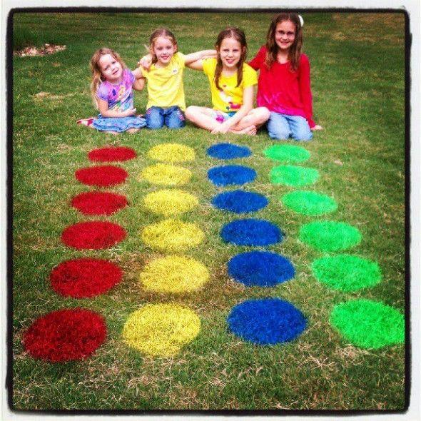 Juega twister desde tu propio jardín. Solo necesitas spray de colores y hacer la forma de un círculo.