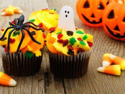 Cupcakes de Vainilla para Halloween | Cupcakes (pastelitos) de vainilla decorados con un betún de queso crema y mantequilla naranja y decorados con arañitas de plástico.