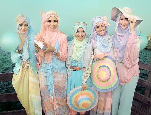 albinwonderland:  Pretty colours on pretty girls!    AWWW THEY LOOK SO CUTE!