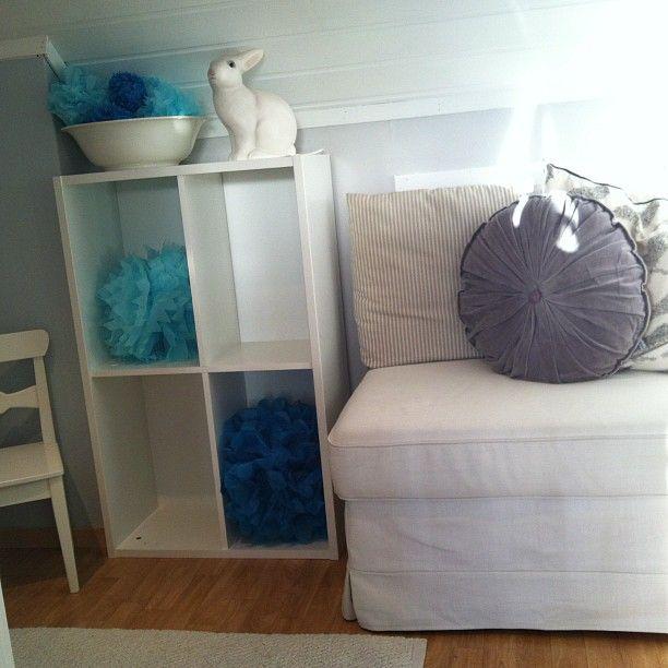 More #pompoms #turkis og #lysblå fin til #dekorere #babyrom med