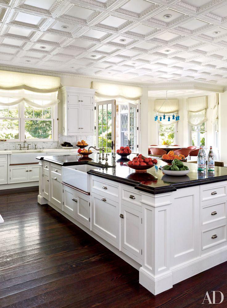 A cozinha em Hamptons esta casa decorada por Juan Montoya, pintado em uma Farrow & Ball branco, caracteriza máscaras romanas em um tecido Weavers do Velho Mundo.