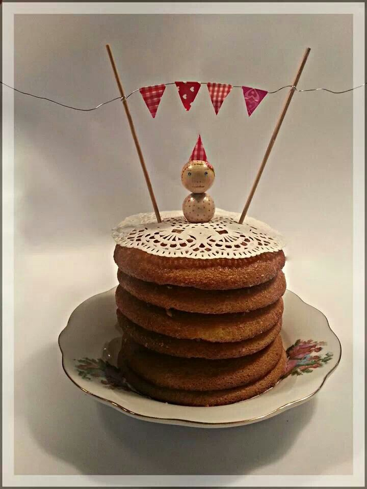 Caketopper op eierkoek taart. Poppetje van houten kralen. Pegdoll.