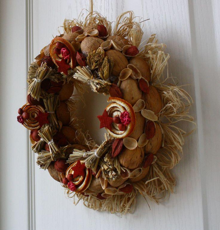 Dekorativní věnec z darů přírody Ozdobný věnec z přírodních materiálů je barevně laděn do teplých podzimních tónů s náznakem přicházejících vánoc. Je vyroben ze skořápek oříšků, pecek, trávy, slámy, pomerančové kůry a lýka. Upevněn je na pevném slaměném korpusu. Korpus je obalen recyklovaným papírem. Ze zadní strany je poutko na zavěšení. Na dveře se ...