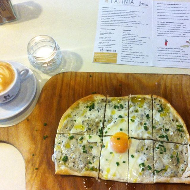 Cozy morning at Lavinia; Best Truffle-Creme & Egg Pizzetta EVER!! ☀️ #Amsterdam #breakfast #ontbijt #pizzetta #truffle #truffel #eitje #heerlijk #delicious #thebest #mornings #laviniastyle Repost from @cocobannenberg thanks