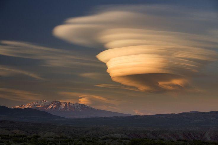 死火山地帯に現れたレンズ雲