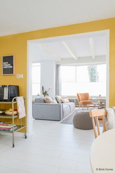 Binnenkijken bij studiobintihome - De wand in mijn keuken heb ik geverfd in de kleur okergeel. Het breekt de ruimte en is daarnaast een prachtig warme kleur. Het geel komt terug in de fauteuil en verschillende accessoires.